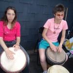 4 Vanessa et Hania qui jouent des djembes, 24 mai 2007, jeudi